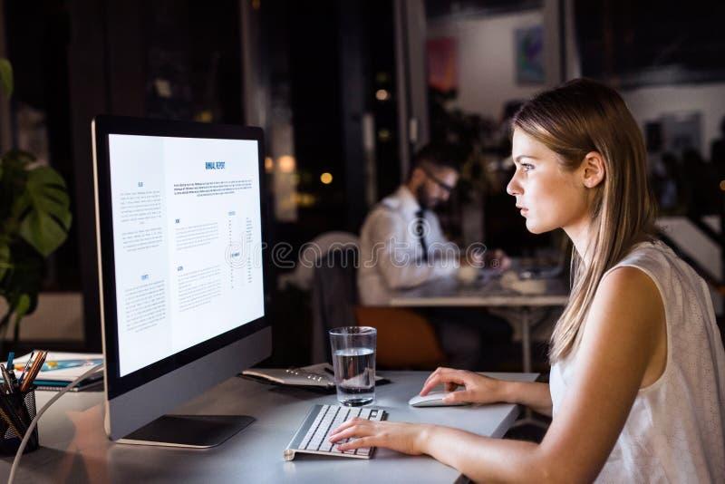 Επιχειρηματίας στο γραφείο της που λειτουργεί τη νύχτα αργά στοκ εικόνες με δικαίωμα ελεύθερης χρήσης