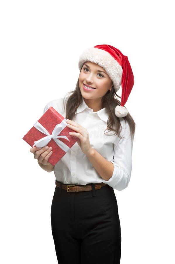 Επιχειρηματίας στο δώρο Χριστουγέννων εκμετάλλευσης καπέλων santa στοκ φωτογραφία με δικαίωμα ελεύθερης χρήσης