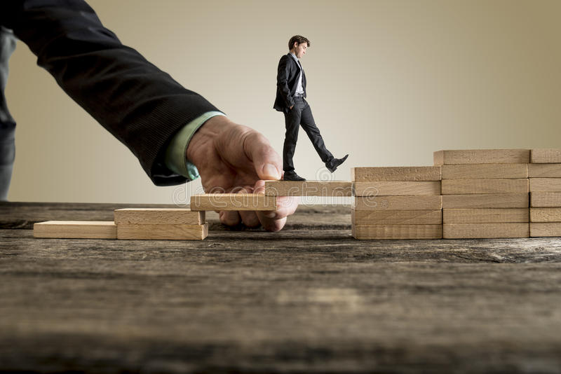 Επιχειρηματίας στο επιχειρησιακό κοστούμι που περπατά επάνω τα βήματα στοκ εικόνες με δικαίωμα ελεύθερης χρήσης