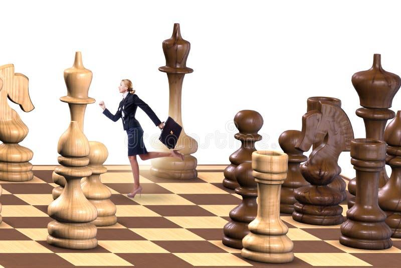 Επιχειρηματίας στο μεγάλο πίνακα σκακιού στην έννοια στρατηγικής στοκ φωτογραφία