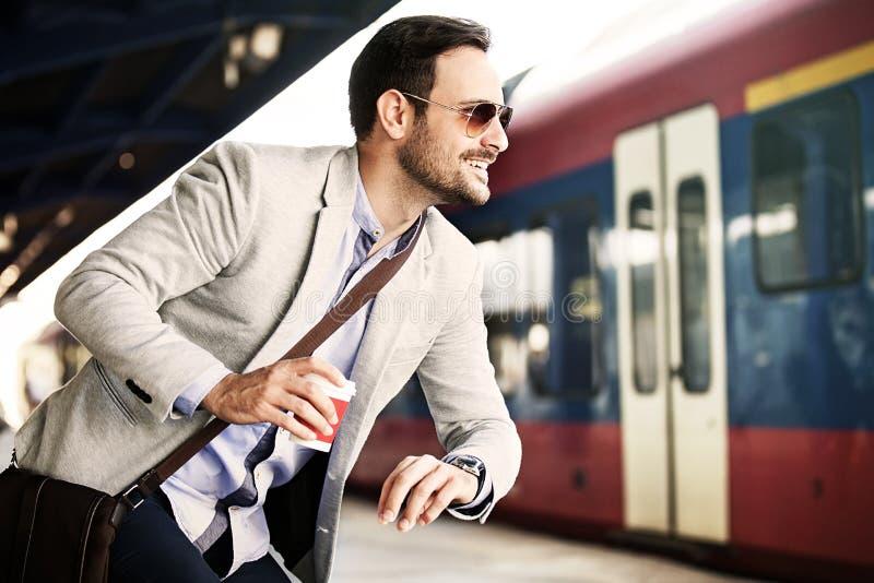 Επιχειρηματίας στο σταθμό σιδηροδρόμου στοκ εικόνα με δικαίωμα ελεύθερης χρήσης