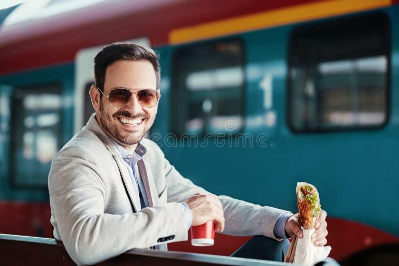 Επιχειρηματίας στο σταθμό σιδηροδρόμου στοκ φωτογραφίες με δικαίωμα ελεύθερης χρήσης