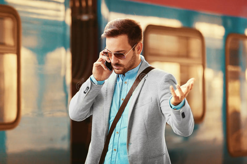 Επιχειρηματίας στο σταθμό σιδηροδρόμου στοκ φωτογραφία με δικαίωμα ελεύθερης χρήσης