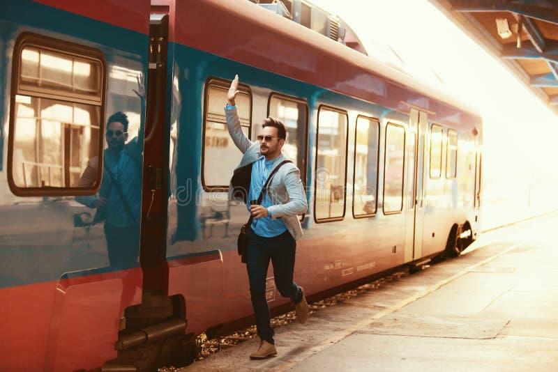 Επιχειρηματίας στο σταθμό σιδηροδρόμου στοκ εικόνες