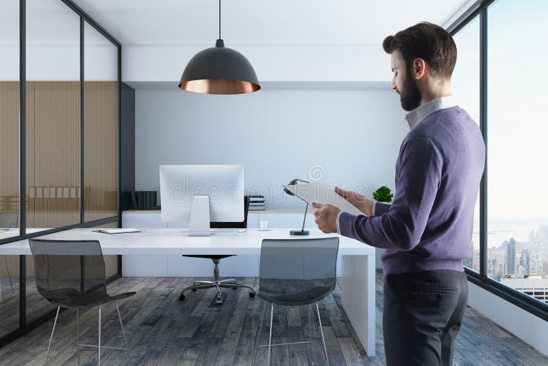 Επιχειρηματίας στο σύγχρονο εσωτερικό γραφείων στοκ φωτογραφία με δικαίωμα ελεύθερης χρήσης