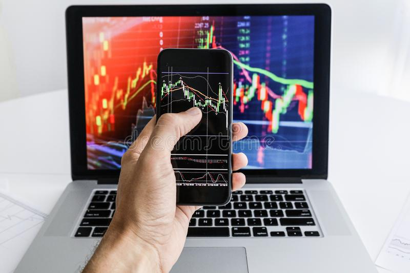 Επιχειρηματίας στο υπόβαθρο του τηλεφώνου lap-top στοκ φωτογραφίες