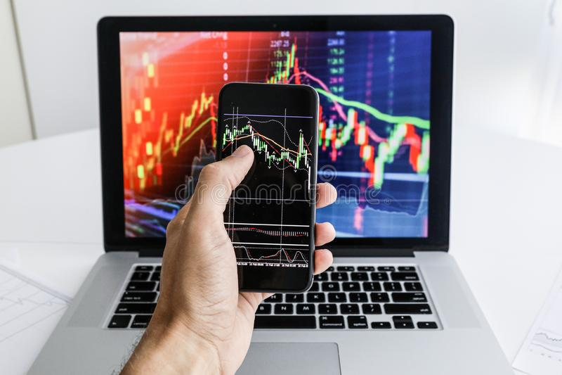 Επιχειρηματίας στο υπόβαθρο του τηλεφώνου lap-top στοκ φωτογραφία με δικαίωμα ελεύθερης χρήσης