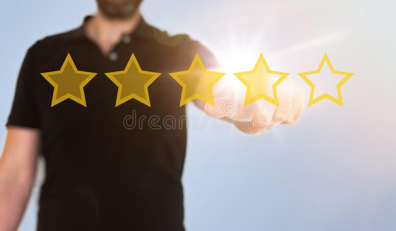 Επιχειρηματίας σχετικά με τη διαφανή διεπαφή οθόνης αφής με τα χρυσά αστέρια εκτίμησης στοκ εικόνα