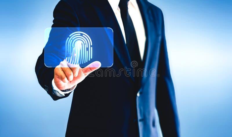 Επιχειρηματίας σχετικά με το εικονικό δακτυλικό αποτύπωμα κουμπιών στοκ φωτογραφία με δικαίωμα ελεύθερης χρήσης