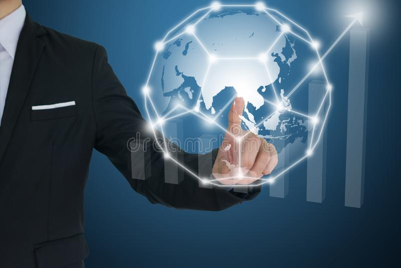Επιχειρηματίας σχετικά με το παγκόσμιο δίκτυο και τα οικονομικά διαγράμματα που παρουσιάζουν αυξανόμενο εισόδημα επικοινωνία και  στοκ φωτογραφία με δικαίωμα ελεύθερης χρήσης