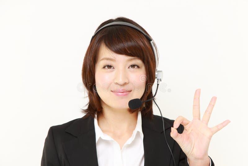 Επιχειρηματίας του τηλεφωνικού κέντρου που παρουσιάζει τέλειο σημάδι στοκ εικόνα