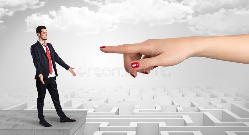 Επιχειρηματίας τυφλά ερωτευμένος στη μέση ενός λαβυρίνθου στοκ εικόνα