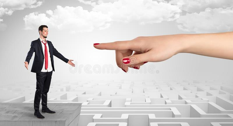 Επιχειρηματίας τυφλά ερωτευμένος στη μέση ενός λαβυρίνθου στοκ φωτογραφίες