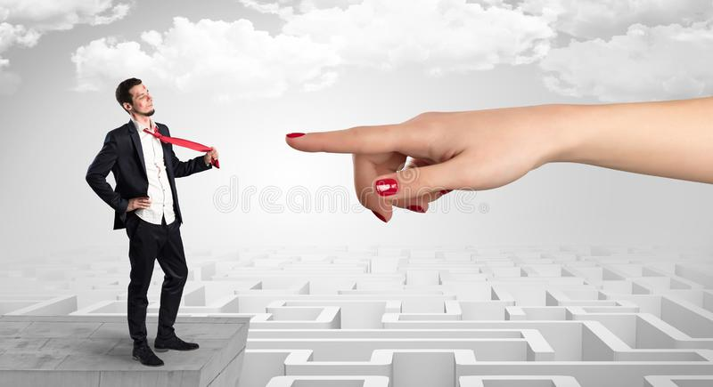 Επιχειρηματίας τυφλά ερωτευμένος στη μέση ενός λαβυρίνθου στοκ εικόνες με δικαίωμα ελεύθερης χρήσης