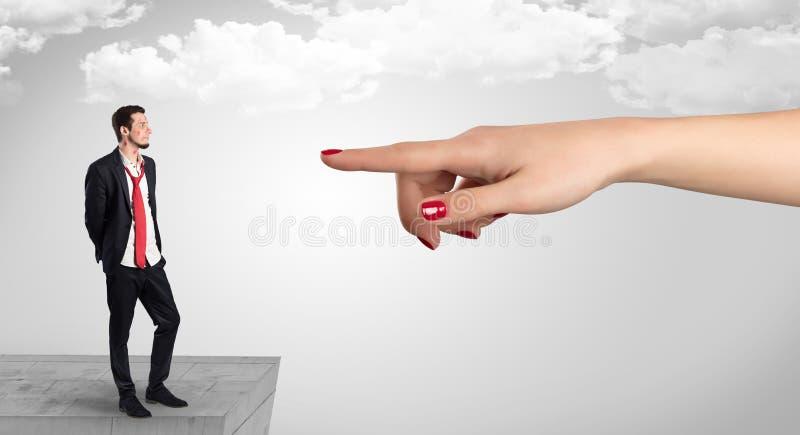 Επιχειρηματίας τυφλά ερωτευμένος στη μέση ενός λαβυρίνθου στοκ φωτογραφία με δικαίωμα ελεύθερης χρήσης