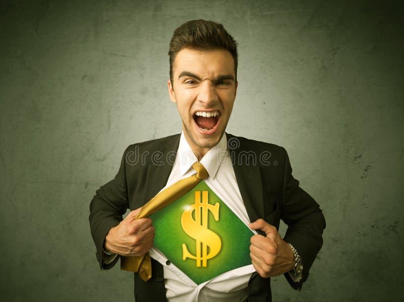 Επιχειρηματίας λυσσασμένος από το πουκάμισό του με το σημάδι δολαρίων στο στήθος στοκ εικόνες