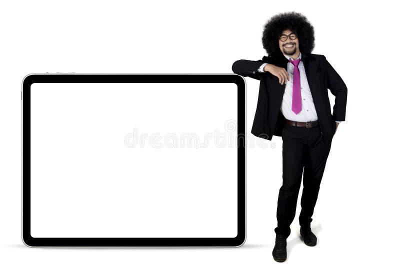 Επιχειρηματίας Afro που κλίνει στον πίνακα διαφημίσεων στοκ φωτογραφίες με δικαίωμα ελεύθερης χρήσης