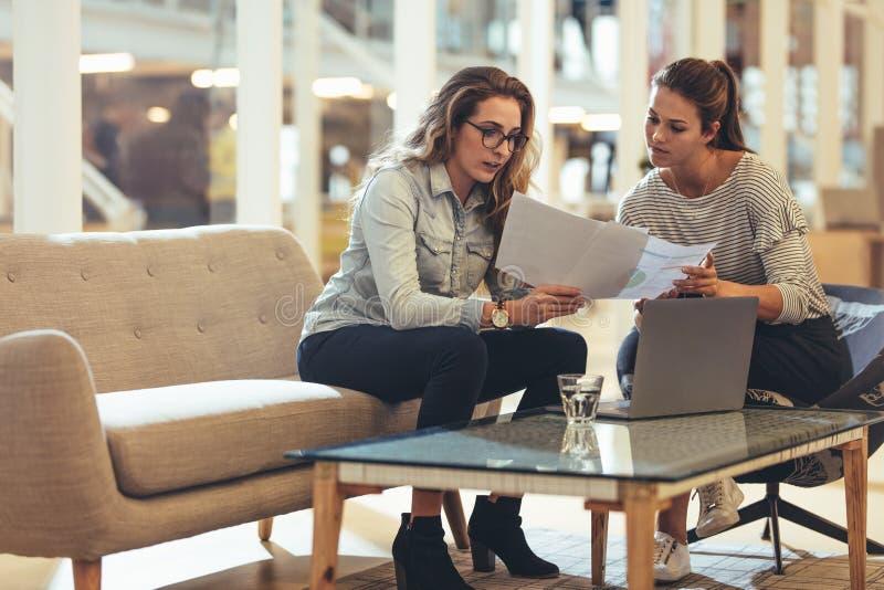 Επιχειρηματίες γυναικών που συζητούν την εργασία στην αρχή στοκ εικόνα με δικαίωμα ελεύθερης χρήσης