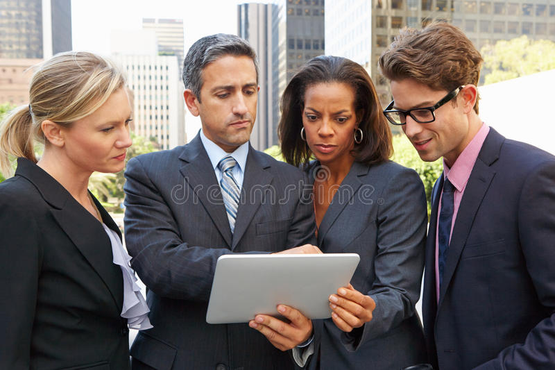 Επιχειρηματίες και επιχειρηματίες που χρησιμοποιούν την ψηφιακή ταμπλέτα έξω στοκ φωτογραφία με δικαίωμα ελεύθερης χρήσης
