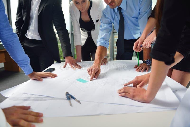 Επιχειρηματίες και μηχανικοί στη συνεδρίαση στοκ εικόνα με δικαίωμα ελεύθερης χρήσης