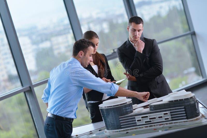 Επιχειρηματίες και μηχανικοί στη συνεδρίαση στοκ φωτογραφία