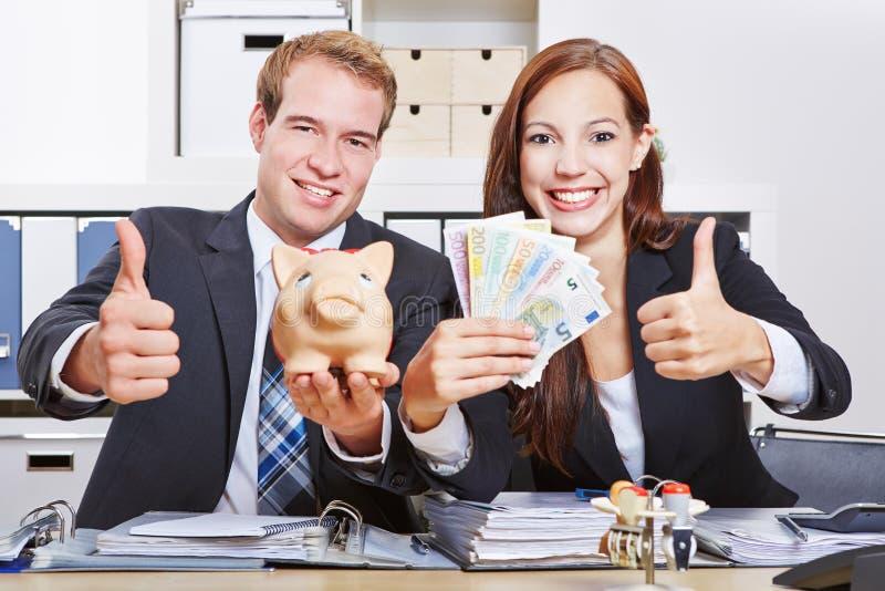 Επιχειρηματίες με τα ευρο- χρήματα στοκ εικόνες