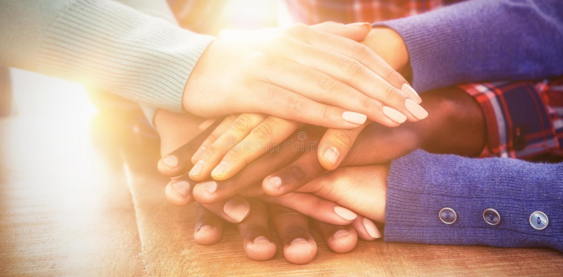 Επιχειρηματίες με τα συσσωρευμένα χέρια στο γραφείο στοκ φωτογραφία με δικαίωμα ελεύθερης χρήσης