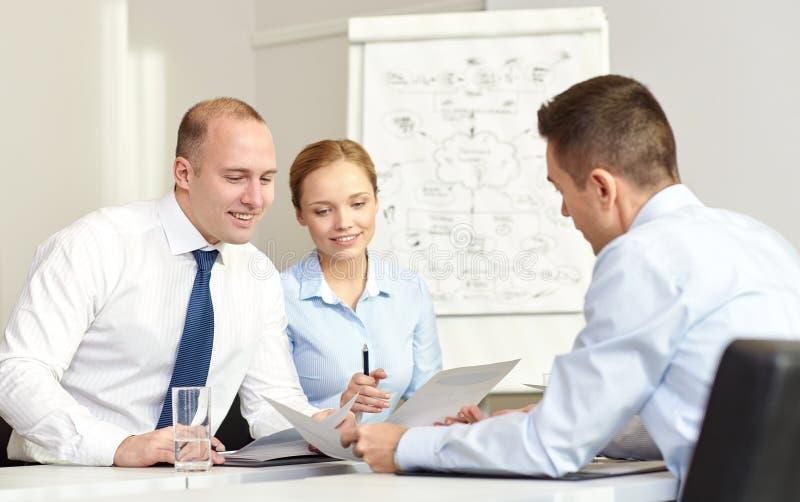 Επιχειρηματίες με τη συνάντηση εγγράφων στην αρχή στοκ φωτογραφία