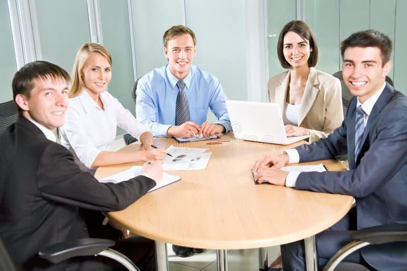 Επιχειρηματίες με τον υπολογιστή στοκ εικόνα με δικαίωμα ελεύθερης χρήσης