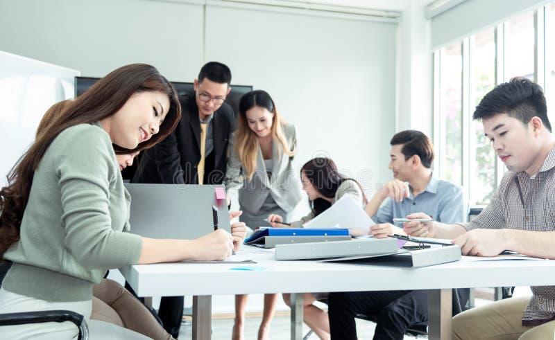 Επιχειρησιακή έννοια ομαδικής εργασίας Επιχειρηματίες ξεκινήματος στο σύγχρονο γραφείο, που λειτουργεί μαζί να έχε την επιτυχία Ξ στοκ φωτογραφίες με δικαίωμα ελεύθερης χρήσης