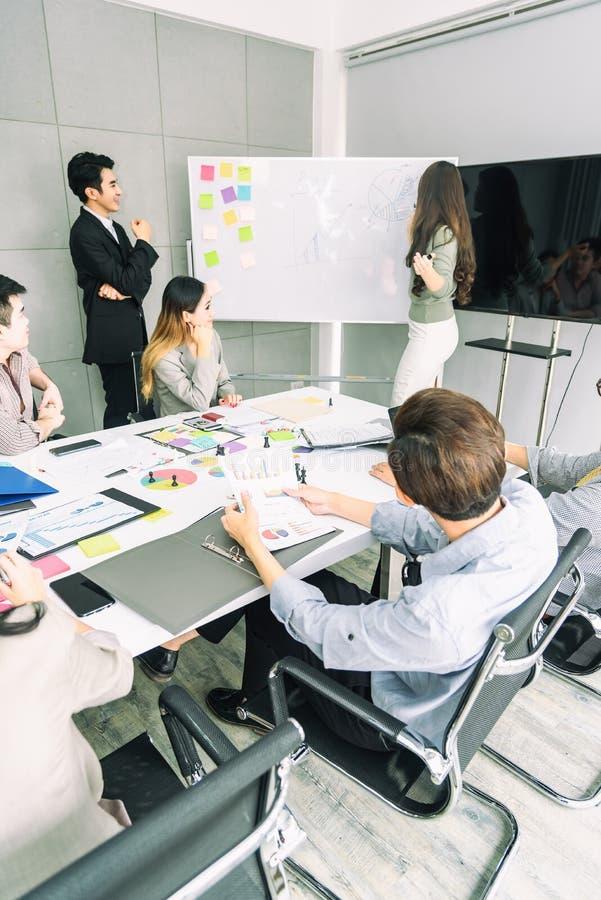 Επιχειρησιακή έννοια ομαδικής εργασίας Επιχειρηματίες ξεκινήματος στο σύγχρονο γραφείο, που λειτουργεί μαζί να έχε την επιτυχία Ξ στοκ εικόνες