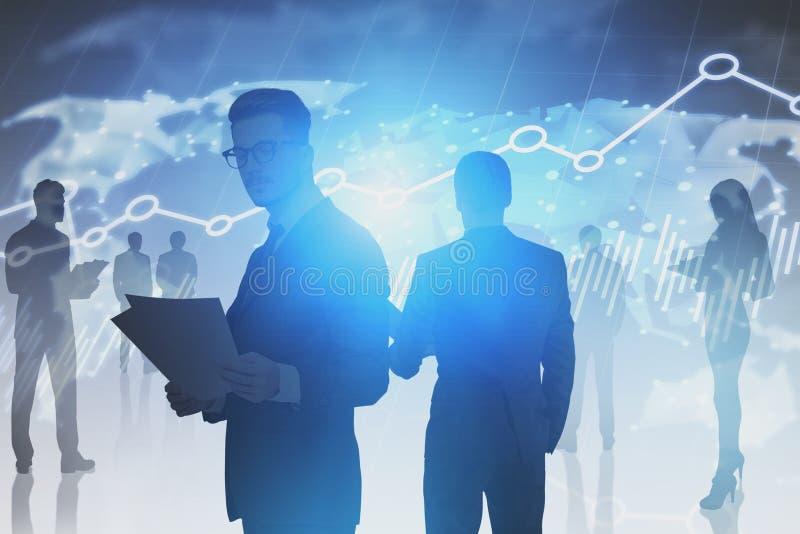 Επιχειρηματίες, παγκόσμιος χάρτης και γραφικές παραστάσεις στοκ εικόνα