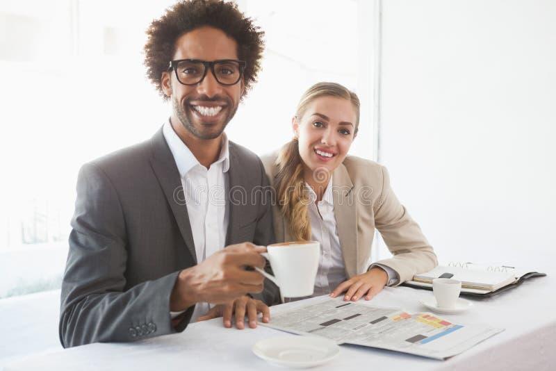 Επιχειρηματίες που έχουν τον καφέ που χαμογελά στη κάμερα στοκ εικόνα με δικαίωμα ελεύθερης χρήσης