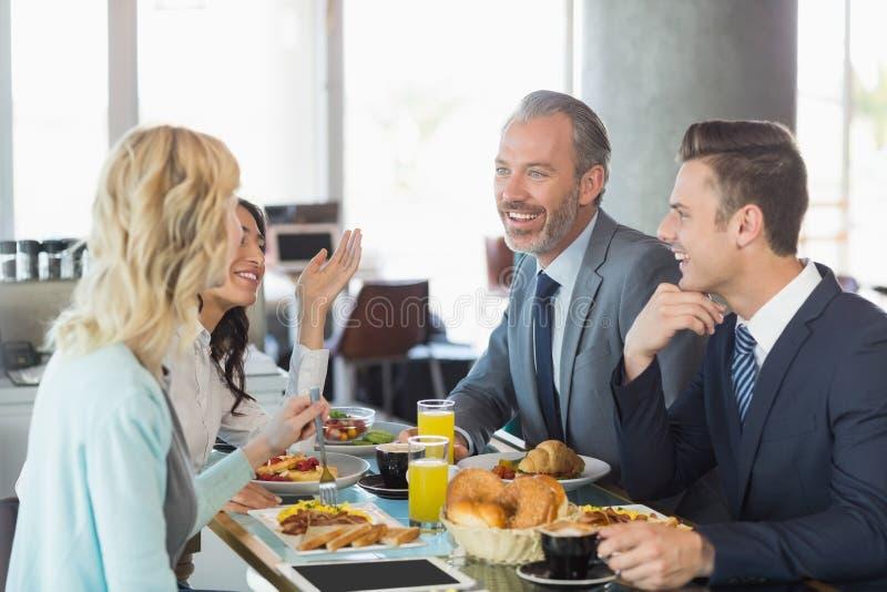 Επιχειρηματίες που έχουν το γεύμα στο εστιατόριο στοκ εικόνα