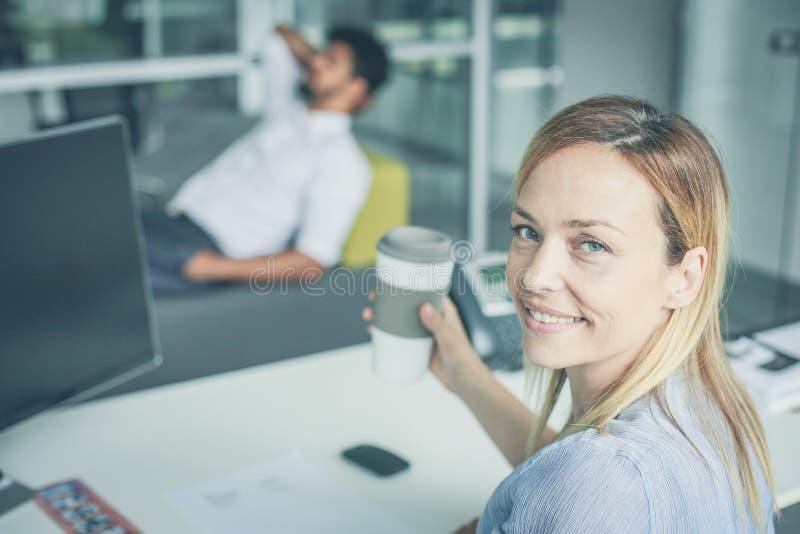 Επιχειρηματίες που έχουν το φρένο μετά από την εργασία φωτογραφική μηχανή που φαίνεται γυναίκα στοκ εικόνες