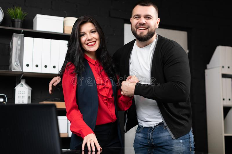 Επιχειρηματίες που αγκαλιάζουν και που τινάζουν τα χέρια στοκ φωτογραφίες με δικαίωμα ελεύθερης χρήσης
