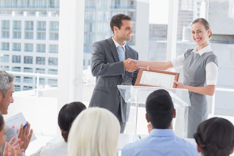 Επιχειρηματίες που λαμβάνουν το βραβείο στοκ εικόνα