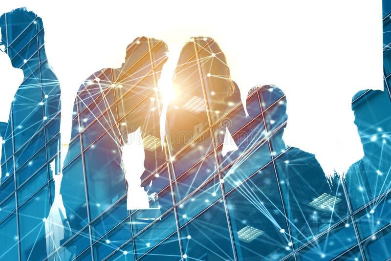 Επιχειρηματίες που απασχολούνται μαζί σε στην αρχή με την επίδραση δικτύων Έννοια της ομαδικής εργασίας και της συνεργασίας διπλή ελεύθερη απεικόνιση δικαιώματος