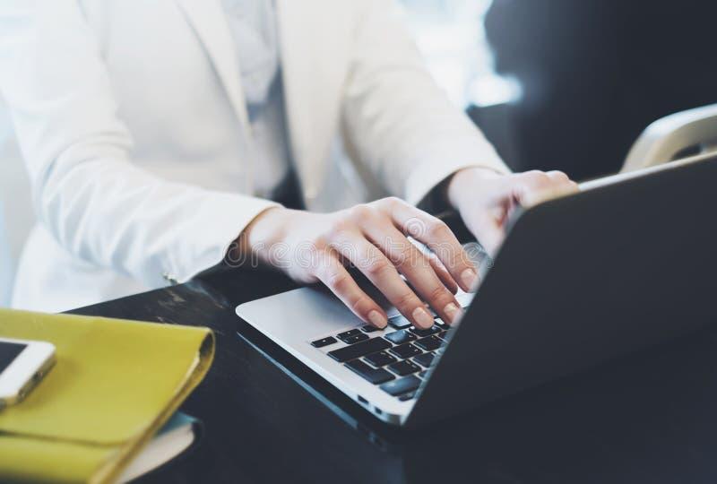 Επιχειρηματίες που απασχολούνται στη στην αρχή, νέα δακτυλογράφηση διευθυντών hipster στο πληκτρολόγιο, θηλυκά χέρια που το μήνυμ στοκ εικόνες