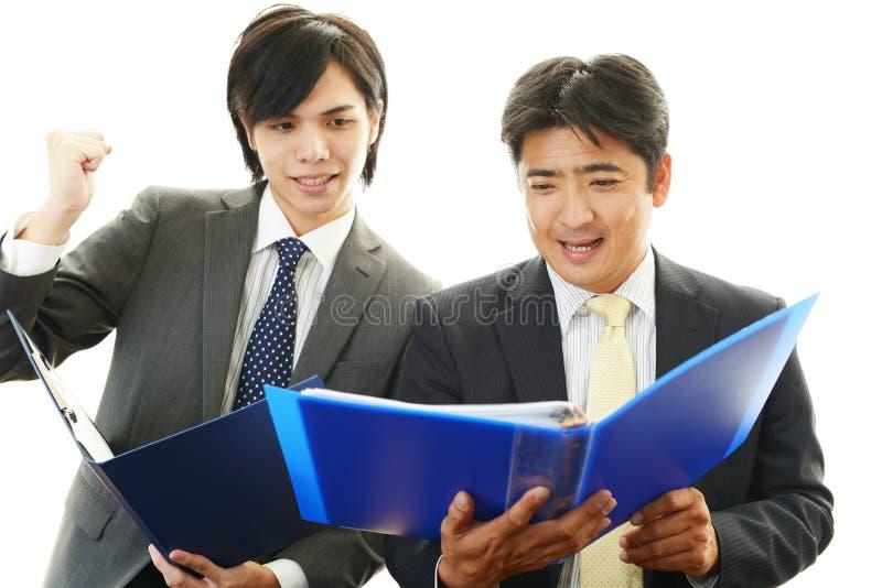 Επιχειρηματίες που απολαμβάνουν την επιτυχία στοκ φωτογραφία