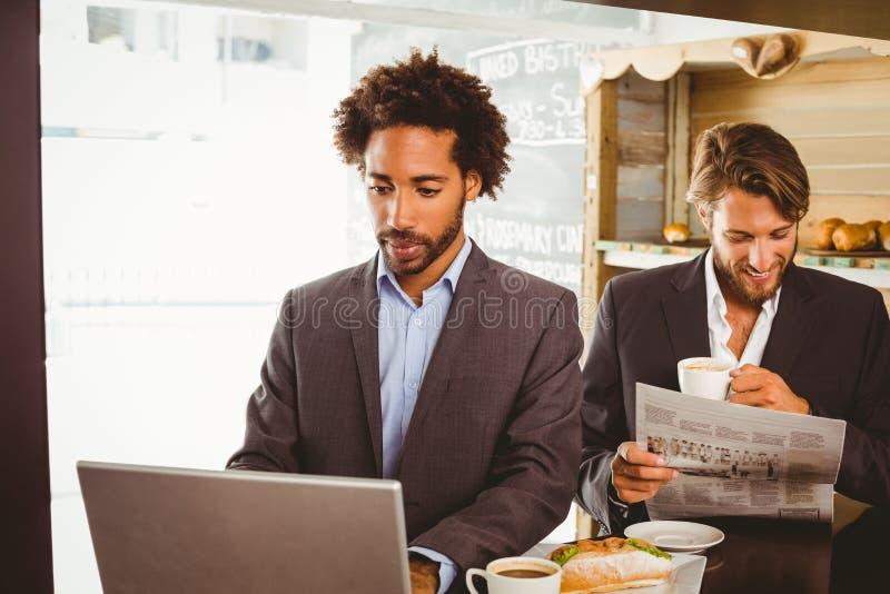 Επιχειρηματίες που απολαμβάνουν την ώρα του μεσημεριανού τους στοκ εικόνες με δικαίωμα ελεύθερης χρήσης