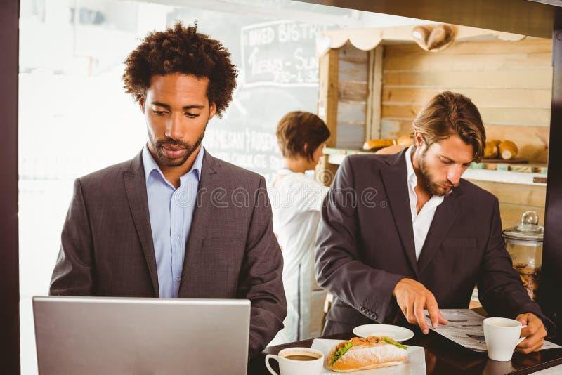 Επιχειρηματίες που απολαμβάνουν την ώρα του μεσημεριανού τους στοκ εικόνα