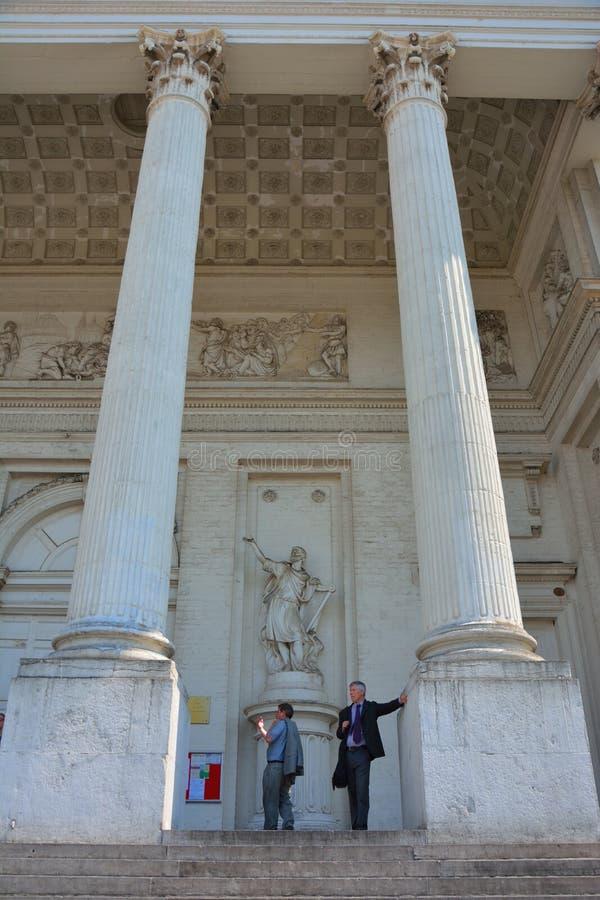 Επιχειρηματίες που απολαμβάνουν τη θέα στην είσοδο στην εκκλησία Αγίου Ζακ - sur- Coudenberg, θέση royale, Βρυξέλλες στοκ εικόνες