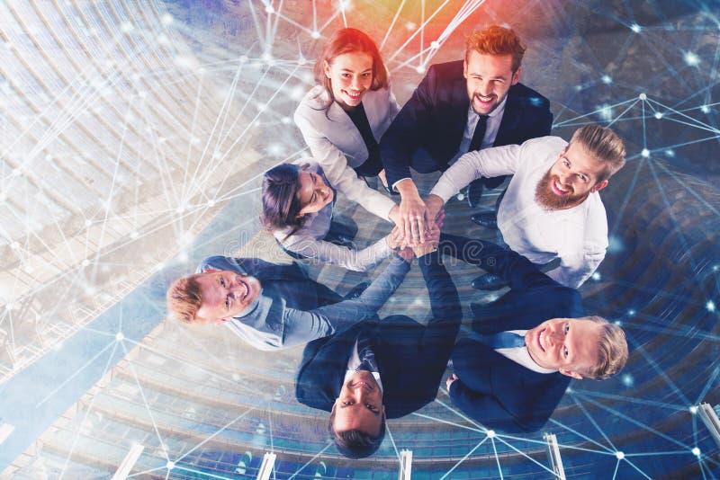Επιχειρηματίες που βάζουν τα χέρια τους μαζί με τα αποτελέσματα δικτύων Ίντερνετ Έννοια της ολοκλήρωσης, ομαδική εργασία και στοκ φωτογραφία με δικαίωμα ελεύθερης χρήσης