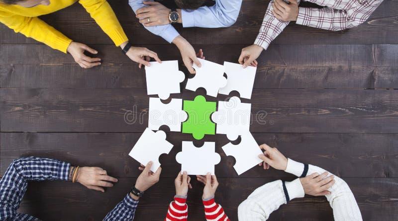 Επιχειρηματίες που βρίσκουν τη λύση μαζί στο γραφείο στοκ φωτογραφία με δικαίωμα ελεύθερης χρήσης