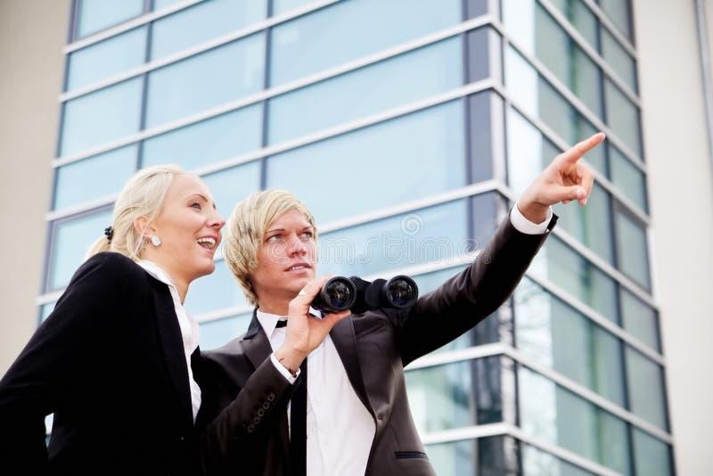 Επιχειρηματίες που δείχνουν τις διόπτρες στοκ εικόνα