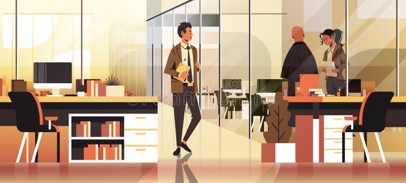 Επιχειρηματίες που επικοινωνούν έννοιας το σύγχρονο coworking άνδρα-γυναίκας χαρακτήρα κινουμένων σχεδίων εργασιακών χώρων γραφεί διανυσματική απεικόνιση