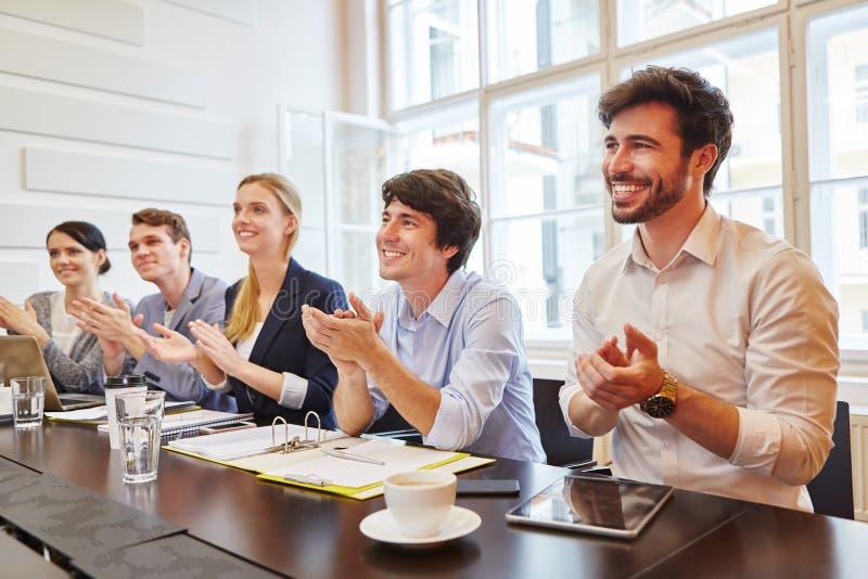Επιχειρηματίες που επιδοκιμάζουν στη συνεδρίαση στοκ εικόνες