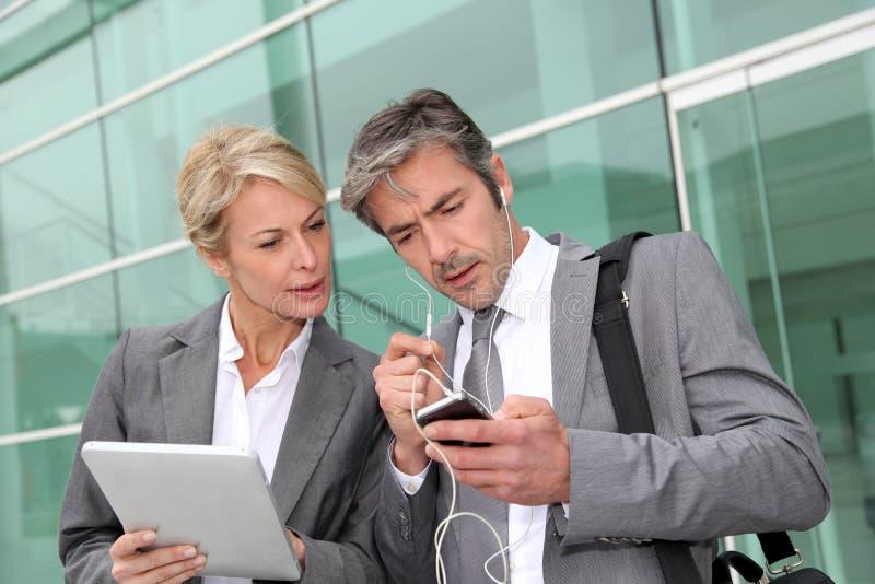Επιχειρηματίες που εργάζονται έξω από το γραφείο στοκ εικόνα