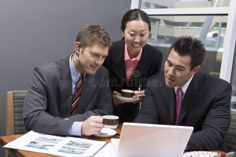 Επιχειρηματίες που εργάζονται κατά τη διάρκεια του χρόνου σπασιμάτων τους στοκ φωτογραφίες